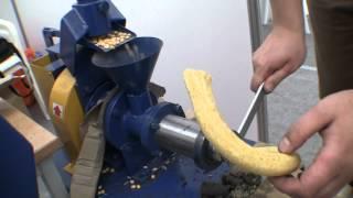 getlinkyoutube.com-Бытовой шнековый кормоэкструдер. Выставка Золотая Нива-2012