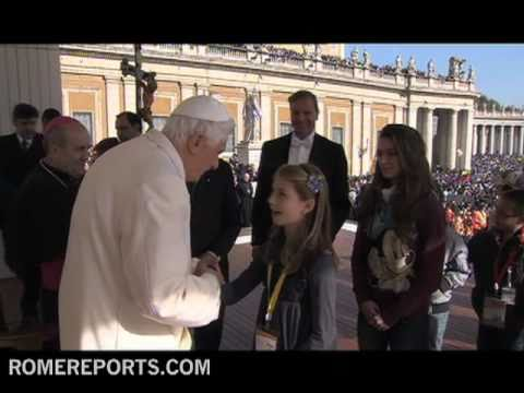 Benedicto XVI cuenta su infancia a 100 000 nios en la plaza de San Pedro