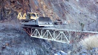 getlinkyoutube.com-Огромный бульдозер ДЭТ 250 без водителя по краю маленького моста  который выдерживает 40 тонн.