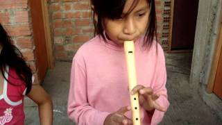 La chica de los numeros tocando flauta dulce