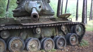 Porzucone czołgi w lesie