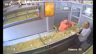 getlinkyoutube.com-شاهدوا الفيديو.. بائع مجوهرات بالناظور يقع فريسة عملية سرقة