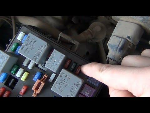 Замена предохранителя стартера в монтажном блоке под капотом на KIA - Spectra