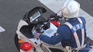 getlinkyoutube.com-珍しい私服警官と白バイ連携取り締まり。Teamwork of a plainclothes detective and the white police motorcycle.