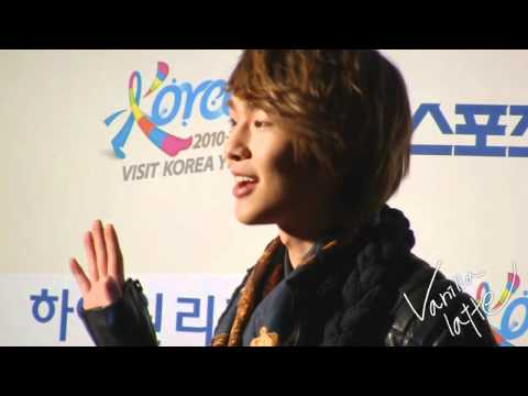 [FANCAM] 110120 Onew's sweet smile @ SMA 2011 Red Carpets