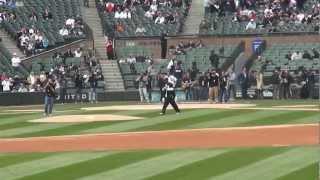 Common lance le premier pitch pour le lancement de la saison de baseball