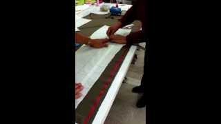 Colocación de los moldes sobre la tela para cortar pantalón