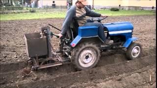 getlinkyoutube.com-Traktor sam, mały PGR in Owsiszcze, sadzenie ziemniaków