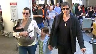 getlinkyoutube.com-Milla Jovovich, Paul W.S. Anderson And Their Children Return Home From Rome