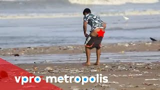 Pooping on the beach in India - vpro Metropolis width=