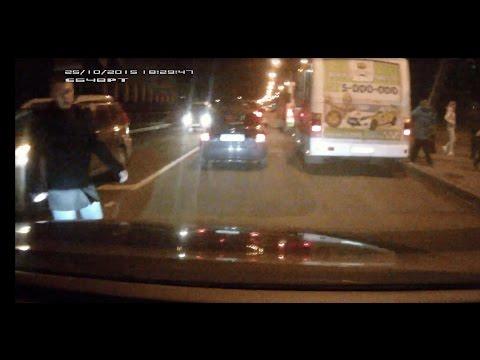 Пешеход решил проскочить перед машиной на красный сигнал светофора.