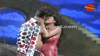 getlinkyoutube.com-Veena Malik's Lip lock scene leaked I Dirty Picture  | Making of Kannada Movie Silk Sakkath Maga