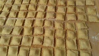 getlinkyoutube.com-I Ravioli, come si preparano facilmente,Ricetta fatti in casa, 96 ravioli  pronti in 5 minuti
