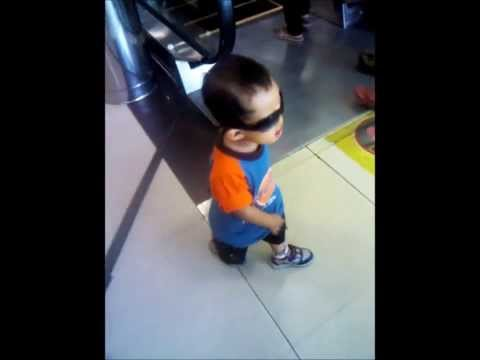 Video Lucu bayi kacamata matrix jalan-jalan