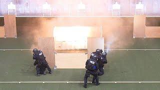 警視庁、神奈川県警SAT合同訓練=実弾連射、閃光弾投てき、狙撃で犯人制圧