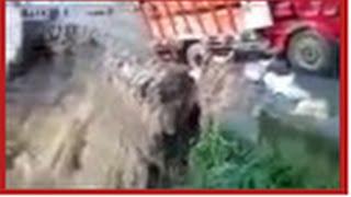 getlinkyoutube.com-Video truk masuk jurang dan kecelakaan