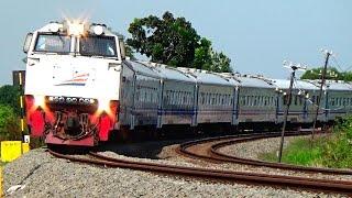 getlinkyoutube.com-Kurangi kecepatan anda ! Kereta Api ini berjalan pelan melewati tikungan besar