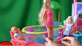 getlinkyoutube.com-Видео с куклами к Барби в гости пришла Штеффи с малышкой играть в бассейне Барби