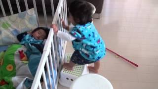 1人を満喫する双子の赤ちゃん(twin baby enjoy own time)