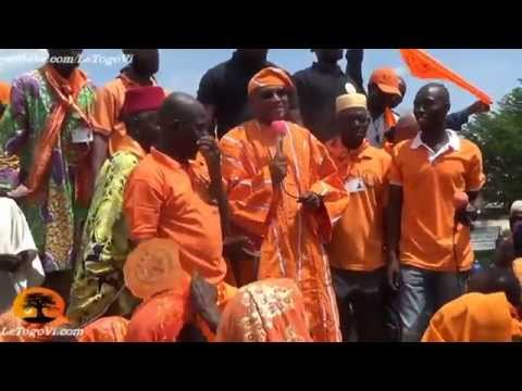 Les femmes de Tchaoudjo offrent à Jean-Pierre FABRE une tenue traditionnelle aux couleurs de l'ANC