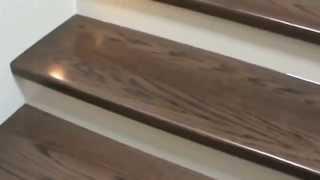 Instalación de madera en escalones de concreto