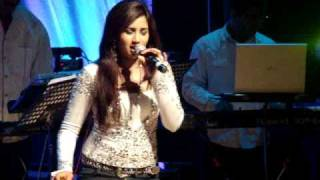 getlinkyoutube.com-Shreya Ghosal LIVE in London--'Mere Dholna, aami je tomar'