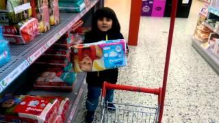 getlinkyoutube.com-,طفل يتسوق مفاجأة أطفال وكندر سبرايس و بأني من السوبر ماركت