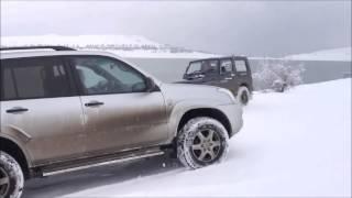 getlinkyoutube.com-【ランクルVSジムニー】雪の坂道での走行性能が高いのはどっち? トヨタランドクルーザーとスズキジムニー!雪の坂道での走行比較動画!
