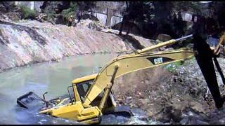 getlinkyoutube.com-se hunde la excavadora