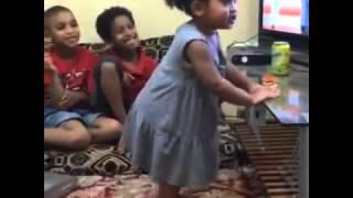 getlinkyoutube.com-رقص طفله على اغنية فاي البرازيليه