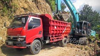 getlinkyoutube.com-Kobelco SK200 Excavator Loading Dump Truck