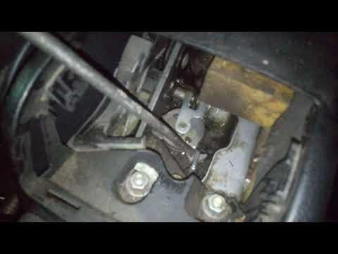 Где находится в Audi RS 2 трос ручника