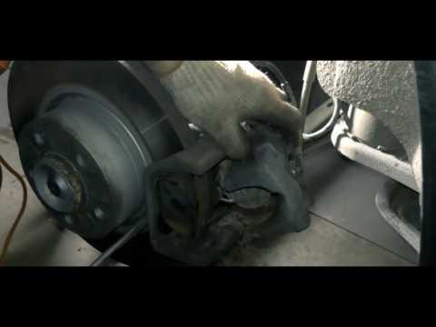 Где находятся у BMW X3 передние тормозные колодки