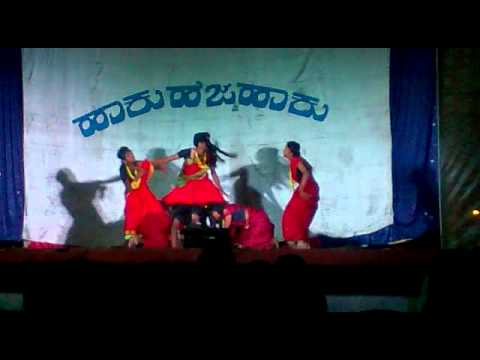 Murali kalasa dancing kanchana song with his team