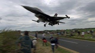 getlinkyoutube.com-🇹🇷 Turkish F-16 Pilot Ducks Under The Glide Slope, Low Over The Plane Spotters.