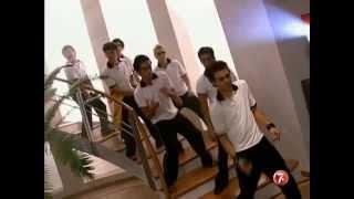 Miguel y los chavos le muestran a Mia que saben bailar