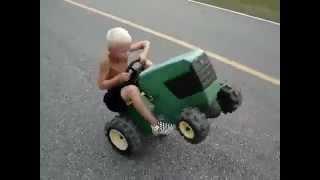 getlinkyoutube.com-เด็กเทพ โชว์ยกล้อ รถไถ