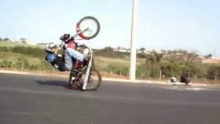 getlinkyoutube.com-Empinando moto assim é gral