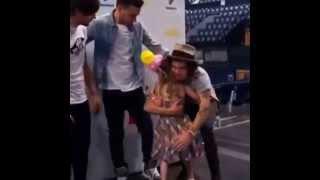 getlinkyoutube.com-Una fan abraza a Harry y este abraza al resto de los chicos...