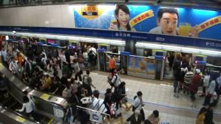 台北自由行 - 台北捷運忠孝復興站(乘客很守秩序)