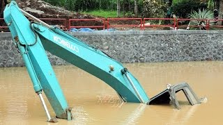 getlinkyoutube.com-Excavator Stuck Kobelco SK200 End of Recovery