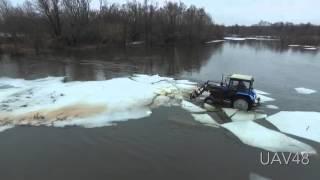 Сельский трактор превратили в ледокол