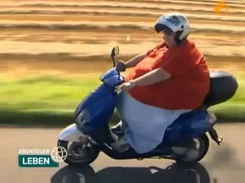 Dicke frau fährt motorroller