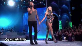 getlinkyoutube.com-Maroon 5 - Moves Like Jagger, Victoria's Secret Fashion Show Live Performance.mp4