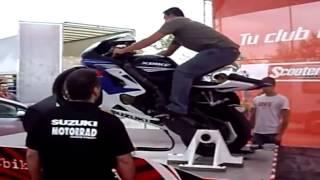getlinkyoutube.com-Sorprendente Maquina Para Aprender A Hacer Caballito En Moto Deportivas
