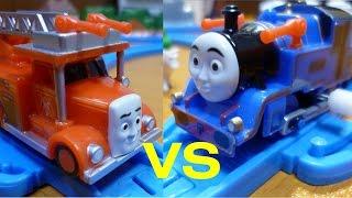 getlinkyoutube.com-【カプセルプラレール きかんしゃトーマス】 フリンVSベル Flynn vs Belle(Thomas & Friends Capsule Plarail)