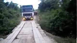semi-trailer cruza puente peligroso - Peru