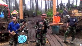 getlinkyoutube.com-Lucu aksi TNI lipsing di puncak SINABUNG part II