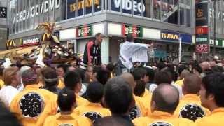 getlinkyoutube.com-【乱闘・大混乱】平成25年三社祭 本社神輿 公園町会 担ぎ出し前の大混乱