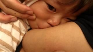 getlinkyoutube.com-【生後346日目】おっぱいが痛い〜(ToT) 前歯が生えて強烈